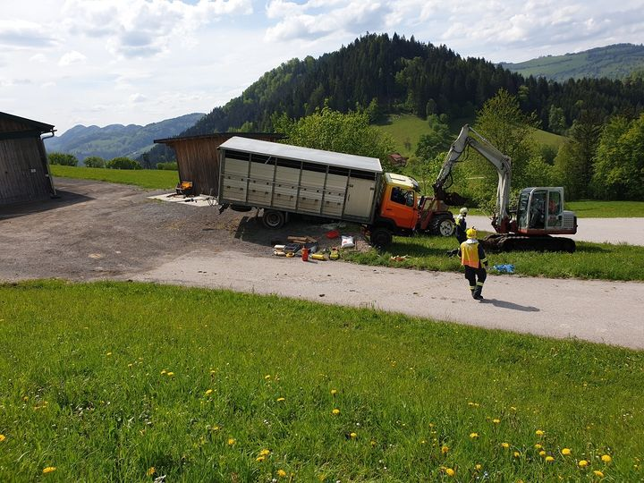 You are browsing images from the article: 18.05.2019: LKW drohte abzustürzen