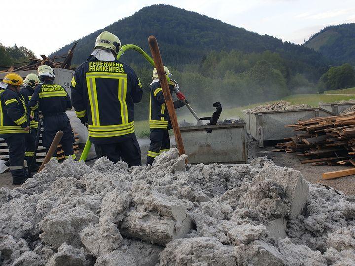 You are browsing images from the article: 25.08.2019: Nachlöscharbeiten nach einem Kleinbrand