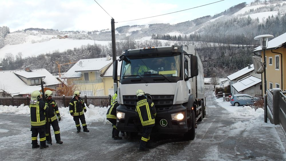 You are browsing images from the article: 13.02.2020: LKW Bergung im Ortsgebiet