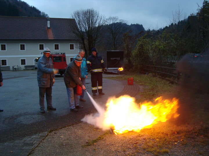 You are browsing images from the article: 11.11.2009 - Feuerlöscherschulung für Schiliftpersonal