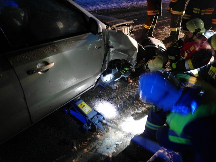 You are browsing images from the article: 23.01.2015: Fahrzeugbergung nach Verkehrsunfall