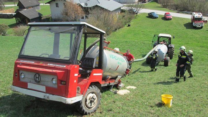 You are browsing images from the article: 11.04.2015: Bergung eines landwirtschaftlichen Fahrzeuges