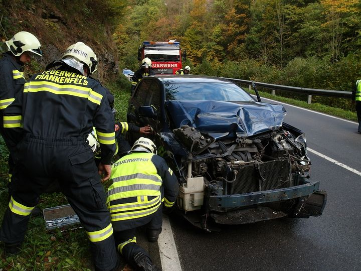 You are browsing images from the article: 05.10.2015: Fahrzeugbergung nach Verkehrsunfall