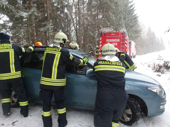 You are browsing images from the article: 04.01.2017: Fahrzeugbergung - PKW hängen geblieben