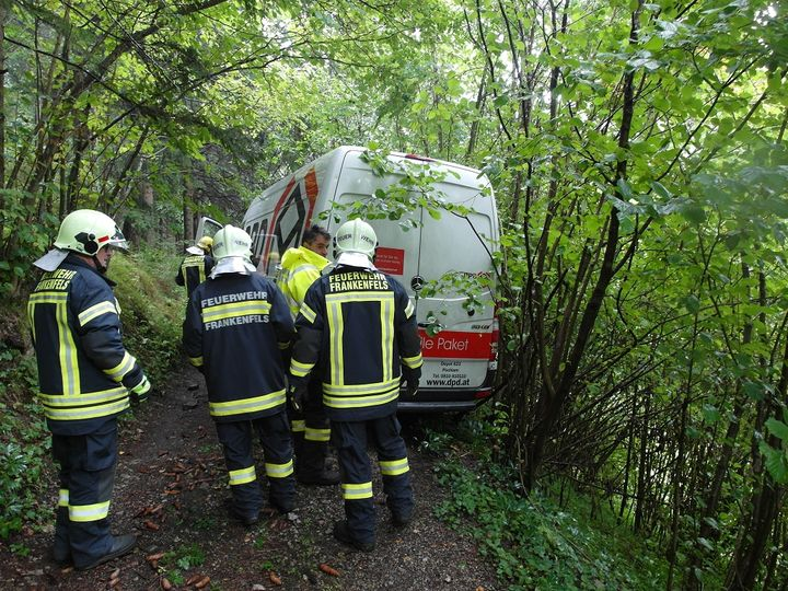 You are browsing images from the article: 19.09.2017: Bergung eines Klein-LKW