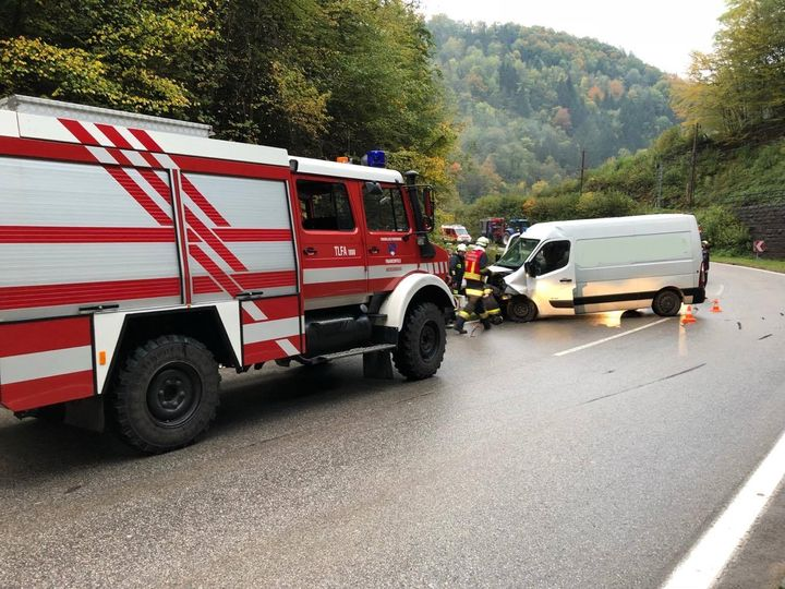 You are browsing images from the article: 10.10.2017: Verkehrsunfall mit eingeklemmter Person auf der LB39 in Frankenfels
