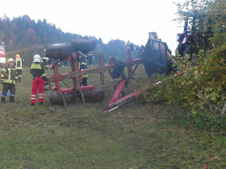 You are browsing images from the article: 17.10.2017: Traktorbergung im steilen Gelände