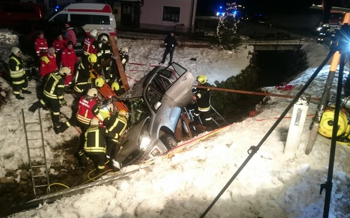 You are browsing images from the article: 06.12.2017: Verkehrsunfall mit Menschenrettung in Schwarzenbach/Pielach