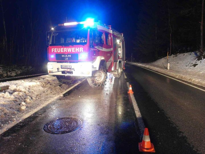 You are browsing images from the article: 08.12.2017: Verkehrsunfall - PKW in Bach