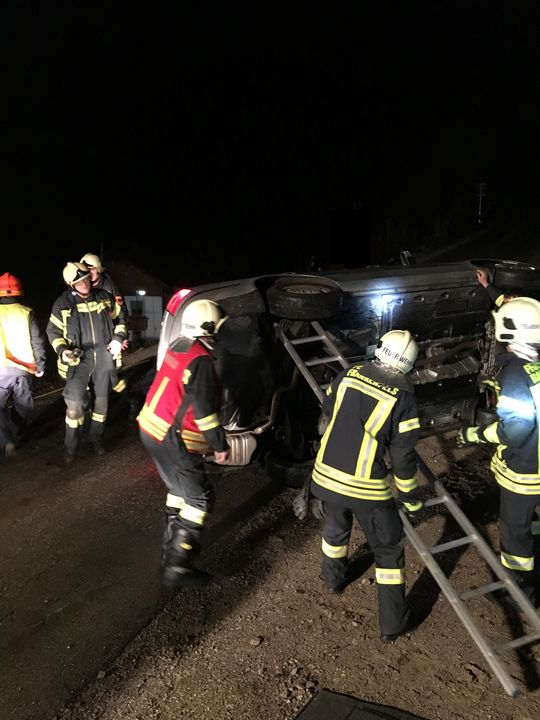 You are browsing images from the article: 07.12.2018: Verkehrsunfall mit vermutlich eingeklemmter Person