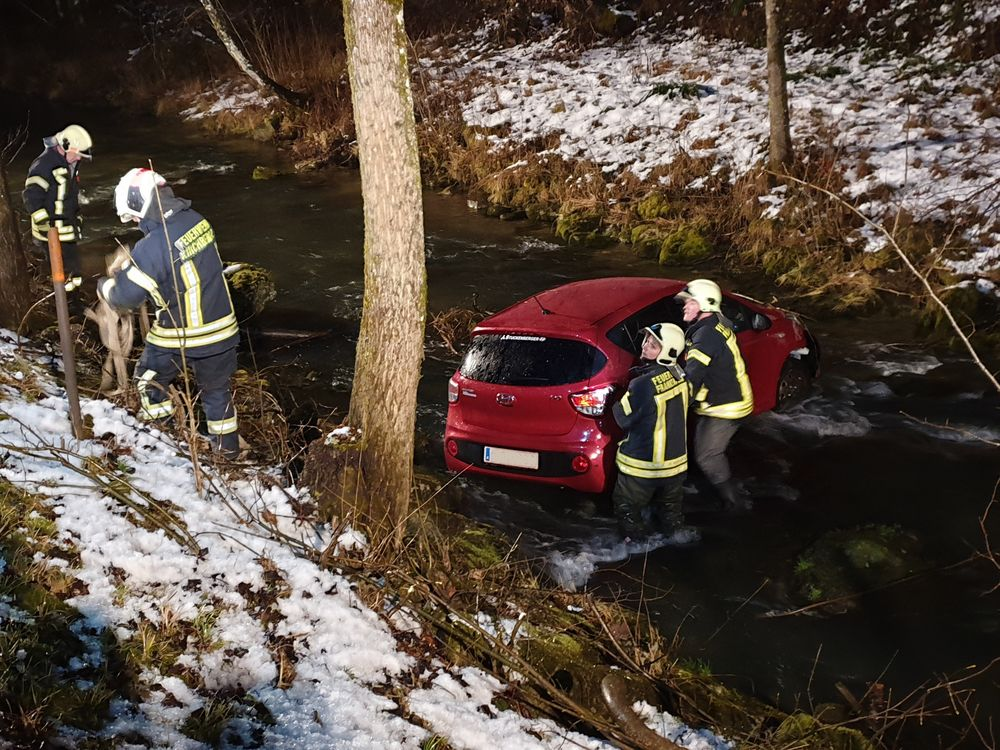 You are browsing images from the article: 28.01.2020: Verkehrsunfall - PKW in Nattersbach