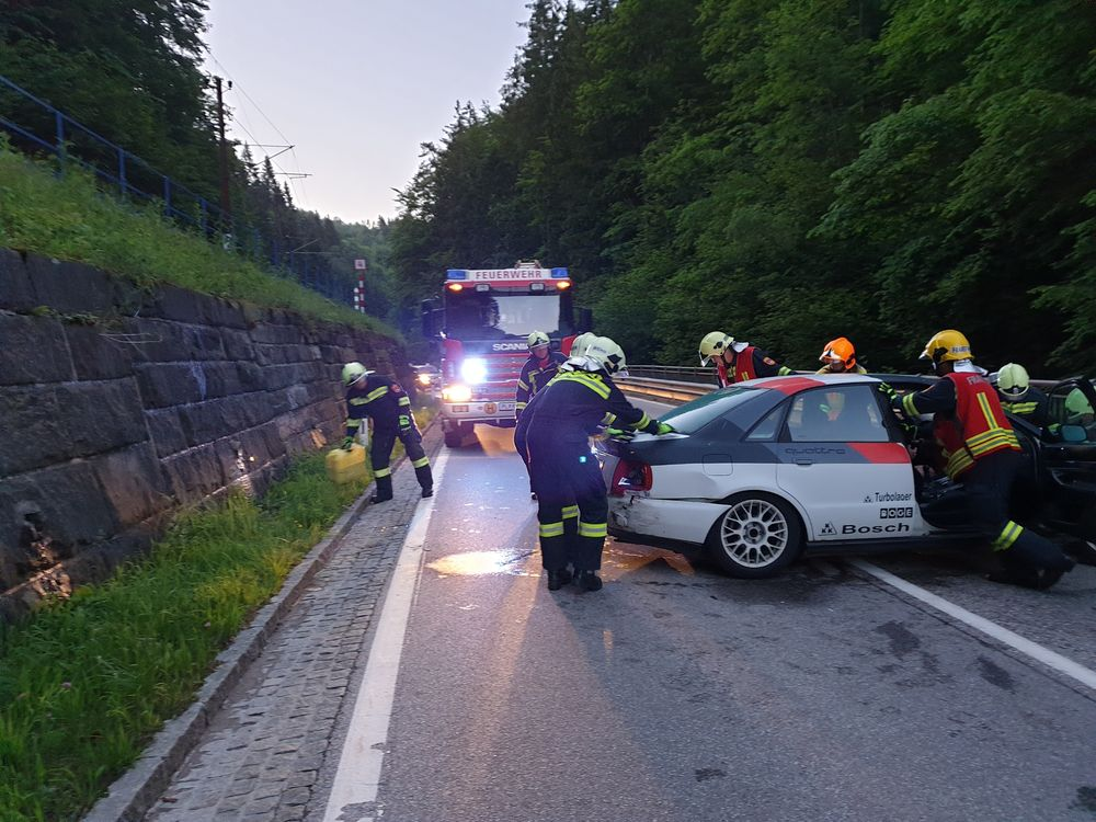You are browsing images from the article: 05.06.2020: Fahrzeugbergung nach Verkehrsunfall