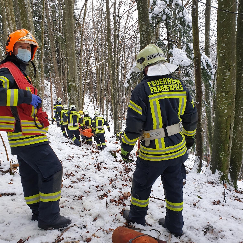 You are browsing images from the article: 13.12.2020: Menschenrettung nach Absturz im unwegsamen Gelände