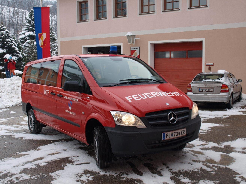 You are browsing images from the article: 27.01.2011 - Neues Mannschaftstransportfahrzeug für die FF Frankenfels