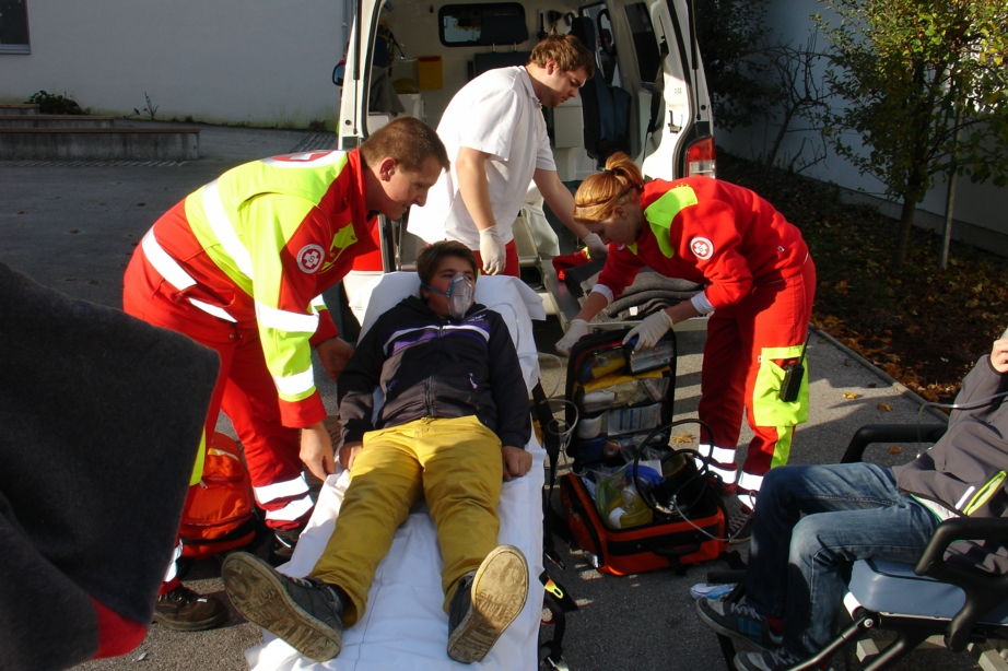 You are browsing images from the article: Feueralarm in der Schule - Intensive Übung für Feuerwehr und ASBÖ